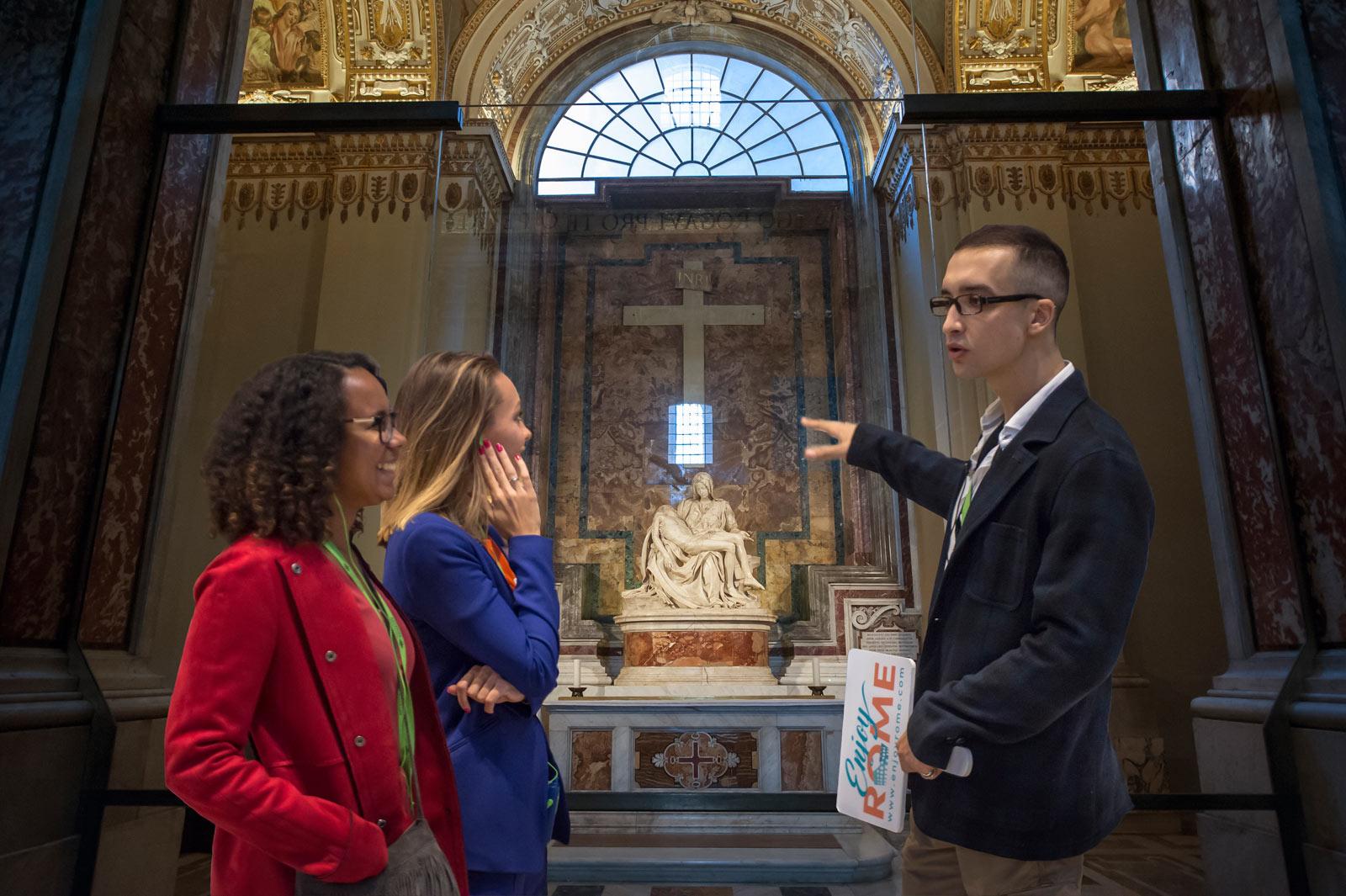 La Pietà de Michelangelo est l'une des sculptures les plus célèbres de la Renaissance (peut-être après le David). Cette sculpture réaliste fait partie de nombreuses autres œuvres d'art précieuses que l'on peut trouver à l'intérieur de la basilique Saint-Pierre, avec le Baldaquin du Bernin et le tombeau d'Alexandre VII.