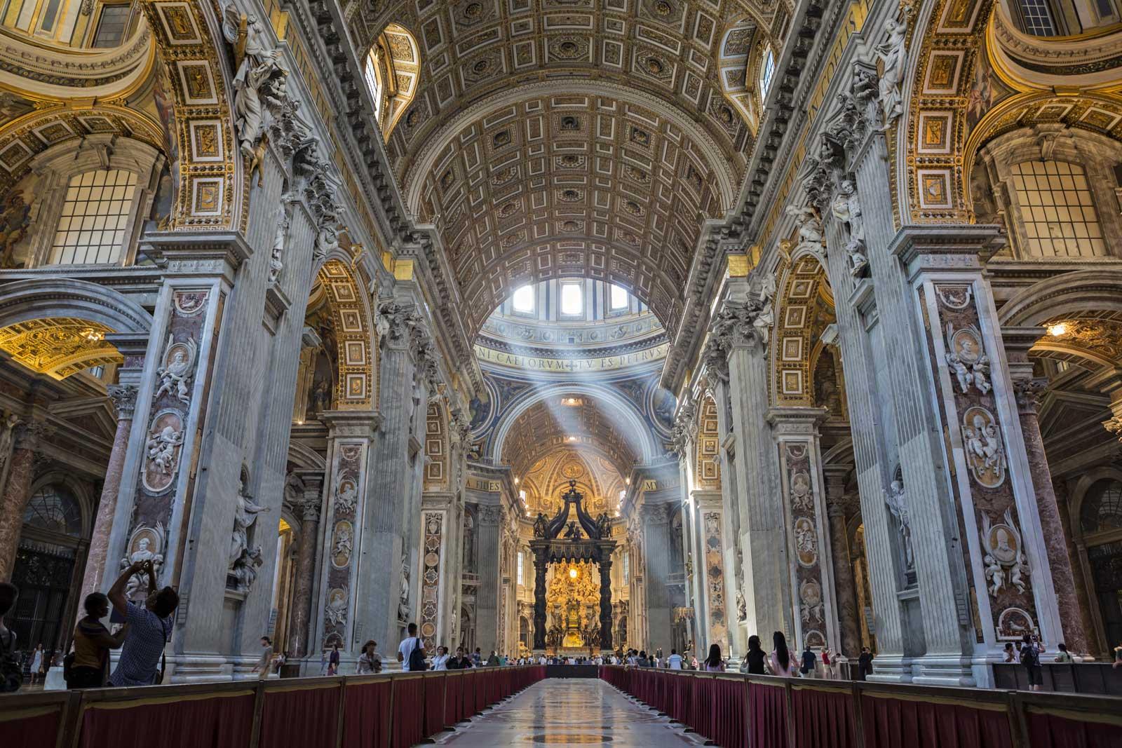 Observez la plus grande église du monde et l'une des plus importantes - la Basilique Saint-Pierre. Cette église de style Renaissance réalisée par Bramante est impressionnante à l'intérieur comme à l'extérieur. Découvrez les nombreux trésors que renferme ce temple religieux qui est l'un des endroits emblématiques de Rome en Italie.