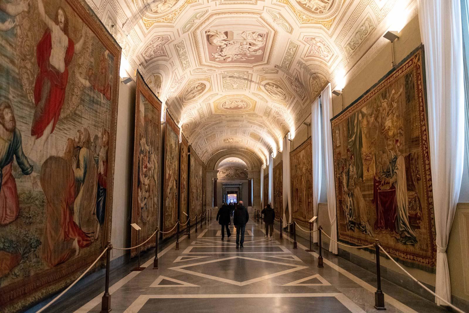 Admirez la célèbre Galerie des Cartes d'Italie et la Galerie des Tapisseries, une riche collection de tapisseries réalisées en 1838.