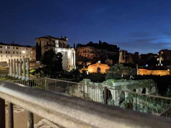 Rimarrete affascinati dalla bellezza di Roma di Notte. Con questo tour esclusivo salta-la-fila verrete catapultati nelle ombre della notte in una visita senza eguali del Colosseo.