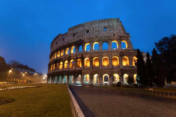 Rimarrete ammaliati da questa indimenticabile vista di notte del Colosseo, magicamente illuminato contro il cielo scuro nella penombra di Roma. Anche se avete già visitato in passato il Colosseo, questo tour ve lo renderà davvero completo ed indimenticabile.