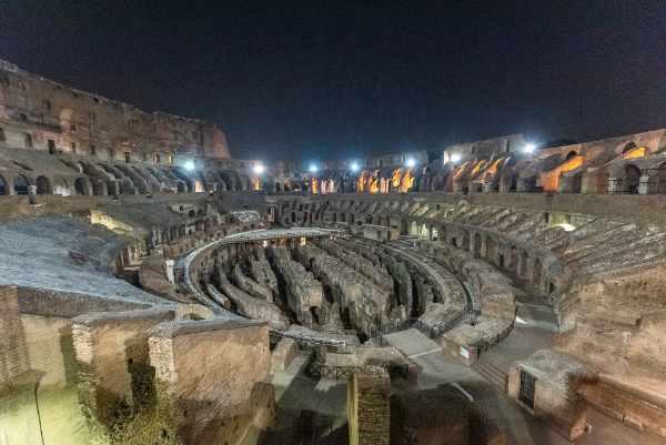 Con questo tour guidato entrerete direttamente sull'Arena del Colosseo passando attraverso la porta dei Gladiatori in una prospettiva panoramica che vi farà girare la testa e vi farà perdere il fiato.