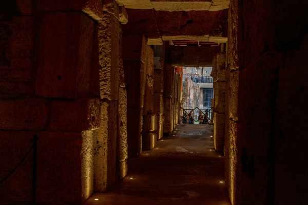 La vostra guida esperta, autorizzata dal comune di Roma, riporterà in vita le antiche storie e leggende che hanno attraversato quasi 400 anni di storia di battaglie dentro l'Anfiteatro Claudio.