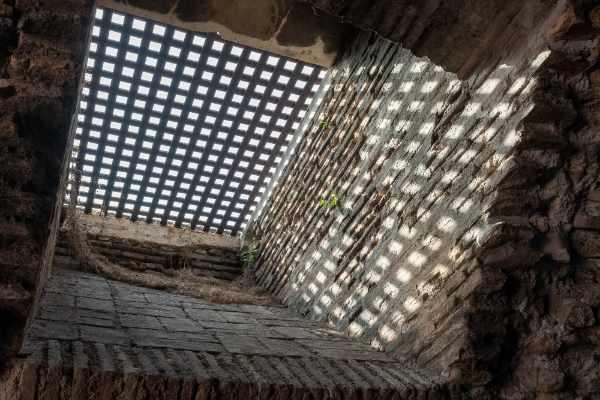 Vi addentrerete nei sotterranei del Colosseo, un'area esclusiva normalmente inaccessibile alle folle. Camminerete nelle segrete stanze e nelle caverne ripercorrendo le stesse vestigia di un gladiatore ai tempi dell'Antica Roma.