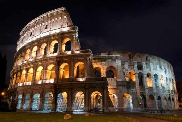 Scoprirete I riflessi della luna sui resti maestosi del Colosseo e la vedrete farsi largo tra gli antri e le caverne dei suoi oscuri sotterranei.