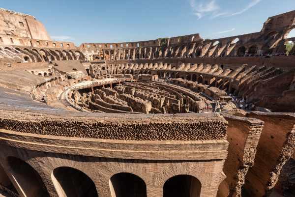 Contempla el <b>símbolo icónico de la Roma Imperial</b> - el Coliseo. Esta impresionante estructura fue terminada en el 80 d.C. y es el anfiteatro antiguo más grande jamás construido.