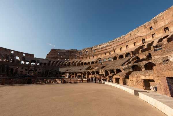 Escucha la emocionante historia y los escalofriantes detalles detrás de las batallas que alguna vez tuvieron lugar allí, la historia de los gladiadores y de los juegos de gladiadores - incluso las armas utilizadas.