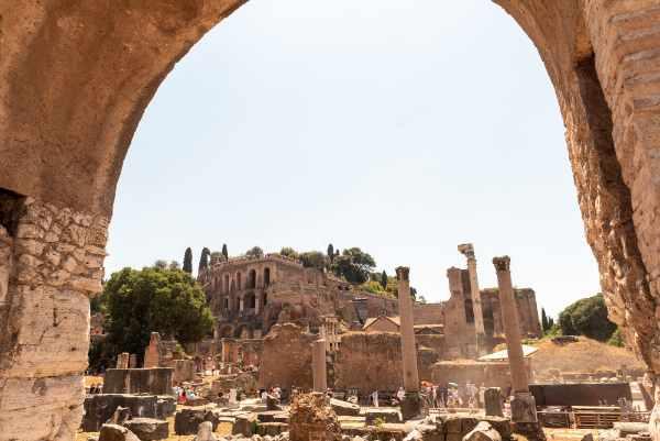 Explora el Foro Romano - el centro de la civilización de la Antigua Roma, donde confluían la política, la religión y la vida cotidiana.