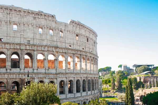 Todavía en pie después de los mil años pasados, el Coliseo es un símbolo icónico de la Roma Imperial y la estructura arquitectónica más identificable del mundo.