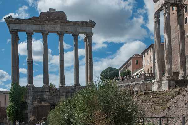 """Aprecia los principales lugares de interés y los restos de la Antigua Roma que rodean el Coliseo, como el <b>Arco de Constantino, la """"Vía Sacra""""</b>, la Curia, <b>los templos de Saturno y Cástor</b>, el Palacio Flavio, <b>la Casa de las Vírgenes Vestales</b>, los Jardines Farnesianos, los Arcos de Septimio Severo y Tito, la Basílica de Majencio y el Estadio de Domiciano."""