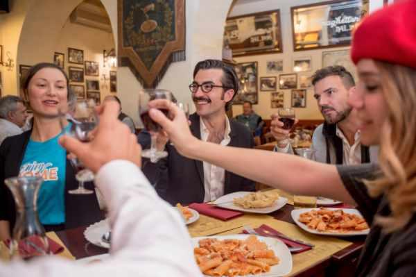 Après une petite promenade digestive, vous voilà fin prêts pour dîner dans l'un des restaurants les plus charmants du Trastevere. Connu pour sa qualité gastronomique, ce quartier est notamment considéré comme la zone concentrant les meilleurs choix pour manger à Rome. Vous pourrez y savourer un excellent antipasto romain suivi de deux plats accompagnés de deux différents vins italiens d'origine et de production protégées.