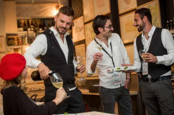Notre tournée gastronomique commence par l'une des places les plus actives et vivantes de Rome, Campo dei Fiori. Entre les cafés animés et les musiciens de rue, votre guide vous attend à l'heure du traditionnel apéritif à l'italienne, au cours duquel vous pourrez déguster une succulente sélection de saucissons artisanaux (produits de haute qualité ayant obtenus la qualification IGP), accompagnés des meilleurs vins italiens.