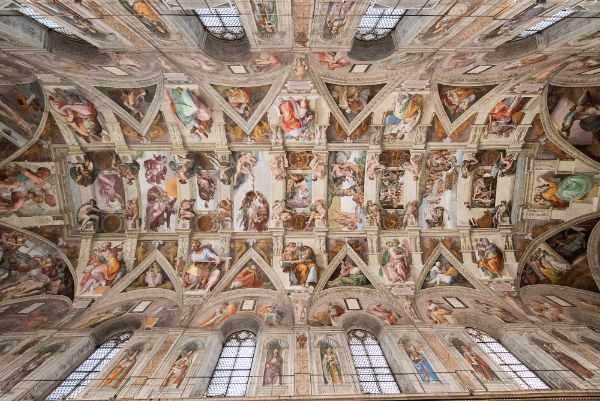 Notre visite du Vatican continue par l'un des endroits les plus vénérés de Rome et du monde, la chapelle Sixtine. Un incontournable à voir absolument à Rome : notre guide vous conduit à travers les œuvres d'art, notamment du Jugement dernierde Michel-Ange, la plus grande fresque jamais peinte par un seul homme. Tout en explorant les merveilles infinies des musées, notre guide vous contera les histoires de ces célèbres chefs d'œuvres lors de cette visite à couper le souffle.