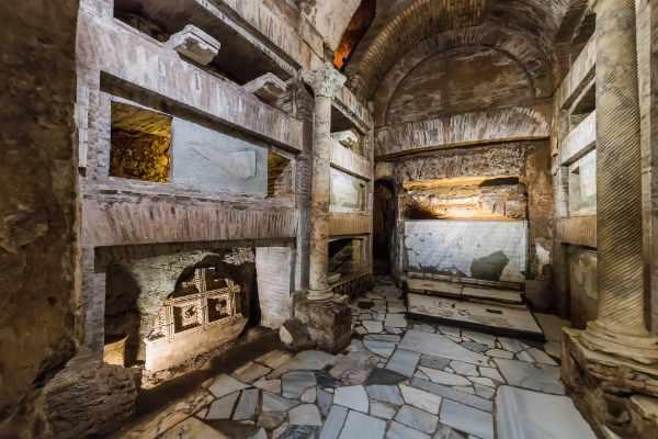 观光游首先搭乘舒适巴士,前往罗马乡村。您可在此欣赏罗马之外的美妙景致,首先游览臭名昭著的圣卡利斯托地下墓穴,这里是意大利最大且最重要的地下墓穴之一。这座地下墓地和埋葬地点掩埋着 500,000 基督徒和无数的殉道者以及教皇,分为两大区域,即圣则济利亚墓穴和教皇墓穴。