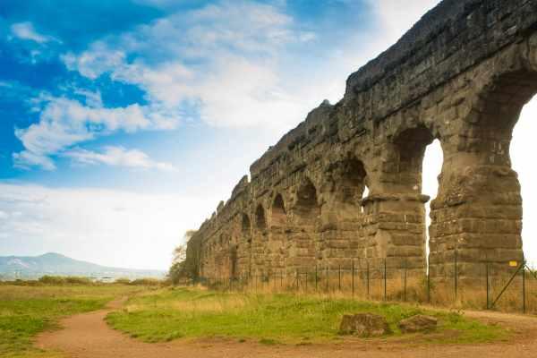 这趟独特罗马之旅的最后一站是 Claudian 水道。这条水道修建于公元 38 年,14 年后方才竣工,是罗马的重要水源地,绵延将近 70 公里,堪称工程奇迹。克劳狄亚水道如今属于引水渠公园,被视为四大罗马水道之一。