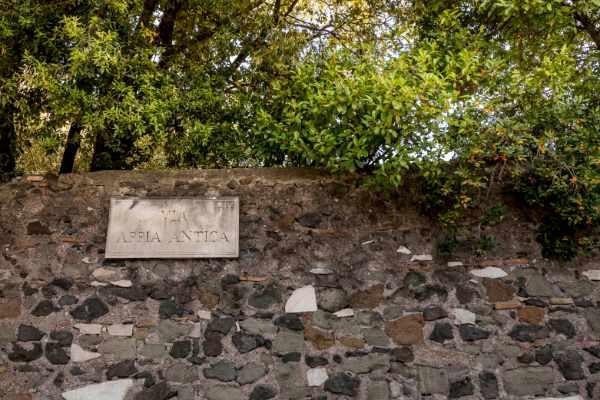 """我们继续穿过世界上最古老且最重要的街道 — 亚壁古道。罗马人将这里称为""""女王支路"""",连接了罗马和意大利南部的布林迪西,是希腊和东方之间的主要贸易通道。正因如此,公元前 300 年的亚壁古道被视为古罗马文明最伟大的工程建筑物之一。"""