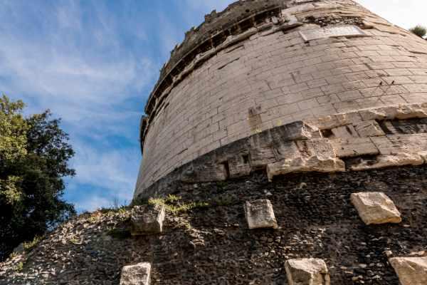 有待发掘的罗马行程的下一站是在外面游览梅拉特古墓。这座纪念墓位于亚壁古道沿线的山顶上,是为了纪念公元前 1 世纪的罗马贵妇人。