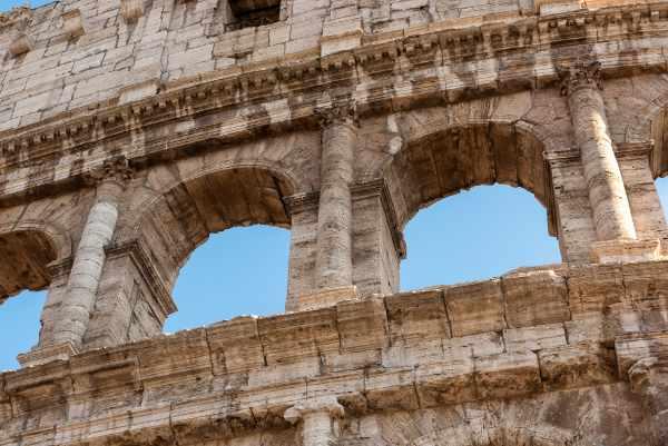 参观从斗兽场开始的强大古罗马帝国遗留下来的不可思议的符号。古罗马斗兽场是有史以来最著名的纪念碑,它既重要又引人注目,一千多年后仍然令人惊叹。