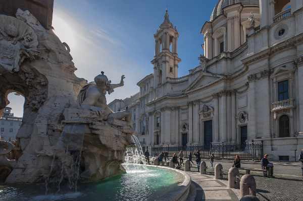 探索一些最宏伟的巴洛克罗马建筑、雕像和喷泉,如17世纪意大利建筑师博罗米尼和雷纳尔迪在纳沃纳广场(圣安格尼斯在阿隆)建造的圣阿格内塞教堂。