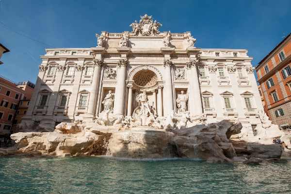 举世闻名的特莱维喷泉高达86英尺,是罗马城最大的巴洛克式喷泉。在罗马的必经之路,您的导游将告诉您为什么不向特雷维喷泉投一枚硬币就不能离开意大利。
