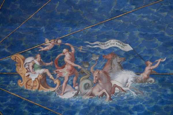 Vi dirigerete poi verso la Sala Sobieski e la Sala dell'Immacolata Concezione prima di entrare nelle famose Stanze di Raffaello. Incorniciate in quattro aree distinte, gli affreschi delle sale di Raffaello sono considerati alcuni dei più pregiati lavori d'arte in Italia.