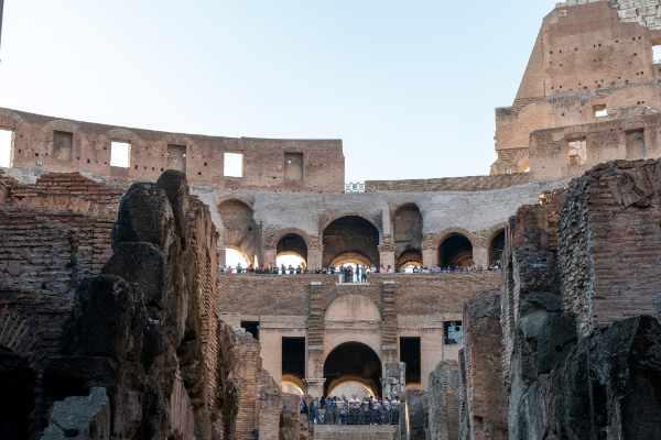 Primero, explora el Coliseo. Originalmente llamado Anfiteatro Flavio, el Coliseo es un símbolo icónico de la Roma Imperial, así como una de las <b>Nuevas 7 Maravillas del Mundo</b>.