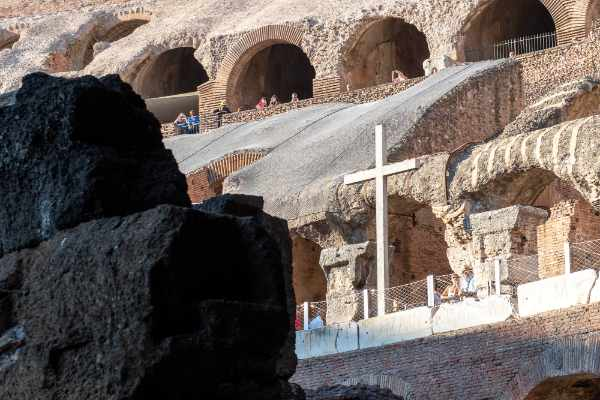 Un guía personal te contará detalles increíbles e historias fascinantes del Coliseo y de la Antigua Roma.