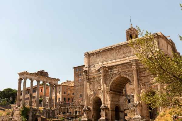 Recorre las cautivadoras y <b>hermosas ruinas</b> de la Antigua Roma, empezando por el Foro Romano. El Foro Romano fue en su momento el corazón del Antiguo Imperio Romano y ahora es uno de los sitios arqueológicos más importantes del mundo.