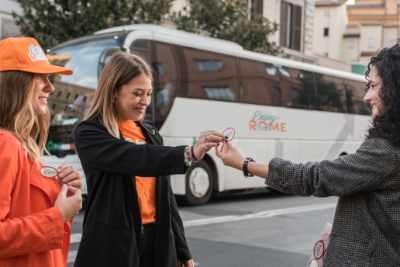 Mit diesem idealen Tagesausflug von Rom genießen Sie die Freiheit, Ihre eigene Pompeji-Tour zusammenzustellen – ohne sich Sorgen über den Transport zu machen. Unser Rundreise-Shuttlebusservice von Rom nach Pompeji startet um 7:30 Uhr, wobei Sie bequem in einem Reisebus mit 50 Sitzplätzen reisen.