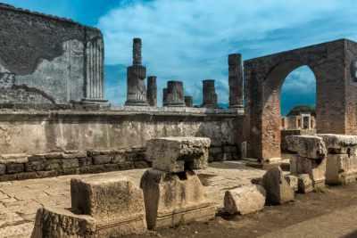 Sie haben 4 Stunden ganz für sich allein, um sich umzusehen und die Ruinen dieser antiken und legendären Stadt zu besichtigen. Pompeji ist eines der meistbesuchten Reiseziele in Italien und eine der am besten erhaltenen Ausgrabungsstätten – Pompeji ist geheimnisvoll und faszinierend.