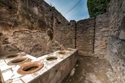 Erkunden Sie diese vergangene Zivilisation auf Ihrem Weg durch Pompeji, wo Sie unabhängig durch das antike Straßenlabyrinth wandern können – oder nehmen Sie an einer unserer Führungen durch Pompeji teil, indem Sie ein Upgrade wählen. Dieses Upgrade beinhaltet die Eintrittspreise, Vorzugszugang an den Warteschlangen und eine 2-stündige Führung durch Pompeji. Unser Experte wird Ihnen etwas über die tragische Geschichte von Pompeji erzählen, während Sie durch die beeindruckenden Stätten vor der gewaltigen Kulisse des Vesuvs wandern.