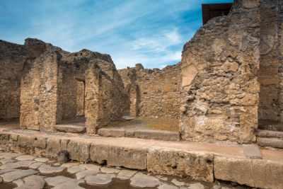 这里是意大利最为知名的旅游目的地之一,拥有保存最完好的挖掘遗址地,庞贝既令人难忘,又富有魅力。在 2 小时导游讲解中领略这座古老的传奇城市,我们的专业导游会为您分享庞贝毁灭的悲惨故事。