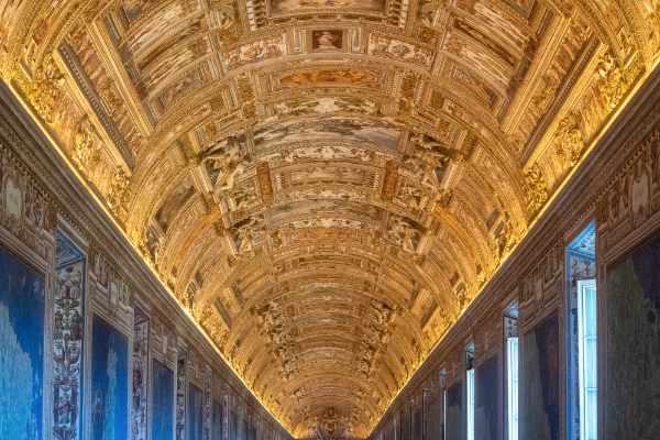 Votre guide professionnel vous emmènera à travers les salles et les œuvres d'art les plus importantes du Vatican : La Salle Ronde, la Salle des Muses mais aussi la Galerie des Tapisseries, la Galerie des Cartes, la Salle de la Croix-Grecque. Visitez les pittoresques Cour du Belvédère et de la Pigne ainsi que le Musée Pio Clémentino.