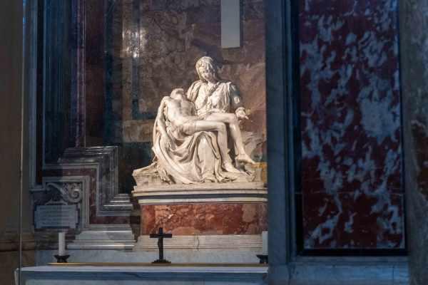 La Pietà de Michel-Ange se trouve aussi dans la Basilique Saint-Pierre. Elle est l'une des sculptures les plus vénérées de la Renaissance.