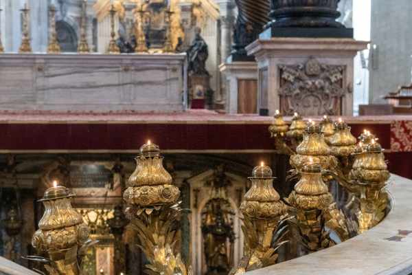 Les tombes papales de Saint-Pierre du Vatican sont encore relativement inconnues du grand public. Cette visite exclusive vous permet d'accéder à ces parties souterraines de la Basilique Saint-Pierre, vous offrant une perspective et une histoire uniques qui vous sont expliquées par un expert en la matière - votre guide.