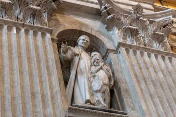 El Papa Juan Pablo II también descansa allí y su tumba se encuentra en la Capilla Vaticana de San Sebastián, dentro de la Basílica de San Pedro.