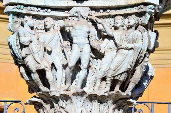 Il tour inizia dal Cortile della Pigna dove ammirare l'omonima Fontana della Pigna. Recentemente ristrutturato, questo cortile è magistralmente decorato con una enorme scultura in bronzo raffigurante una pigna che sovrasta la fontana sul cortile.