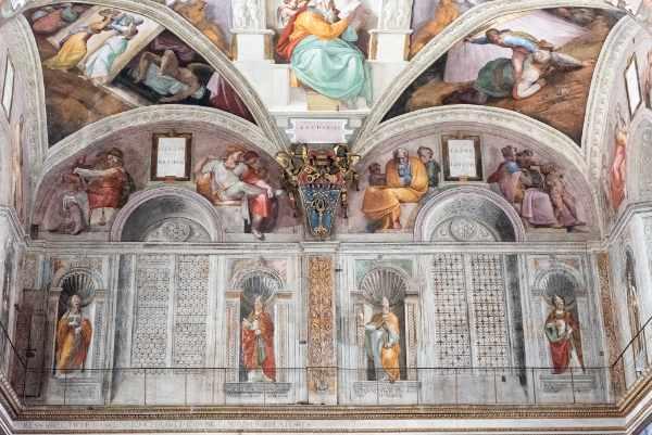 In perfetto silenzio, entrerete nella celestiale Cappella Sistina che contiene alcuni dei più importanti affreschi dei più rinomati artisti del periodo rinascimentale come Botticelli, Perugino, Pinturicchio, Ghirlandaio e Rosselli.