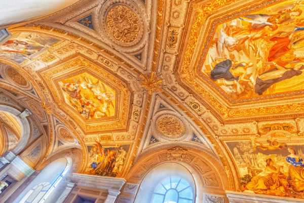 漫步在烛台廊里。梵蒂冈博物馆最美丽的房间之一,装饰着不可思议的大理石雕像和色彩缤纷的柱子,这个名字来自两边巨大的烛台。