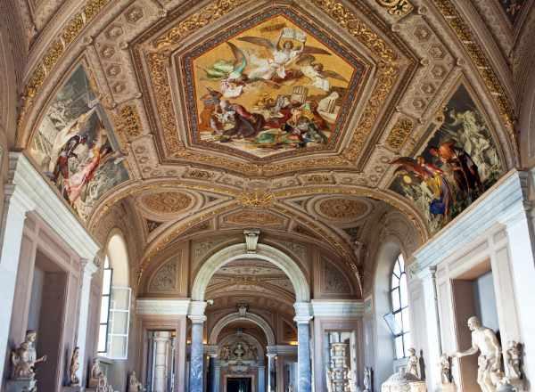探索梵蒂冈博物馆最重要的两个画廊——挂毯画廊——展览中最古老的装饰挂毯和纺织品收藏之一,以及地图画廊——迄今为止最广泛的绘画研究。