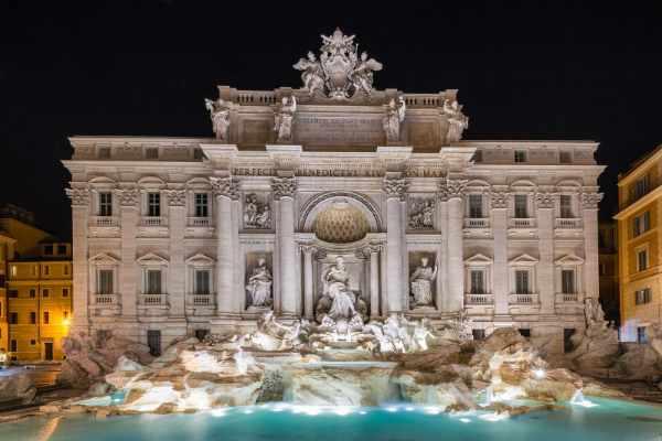 漫步(意大利休闲徒步)让您亲自目睹罗马最著名的遗迹,如今在夜色中华灯闪耀、璀璨夺目。不到下一站特莱维喷泉一游,罗马夜间徒步之旅就算不上圆满。宏伟的特莱维喷泉是罗马最大和最著名的喷泉,多年来曾出现在多个故事和众多电影中。这里最近得到了修复,比以往更加闪耀、美丽。