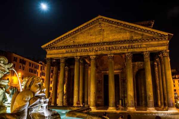 我们的夜间徒步之旅继续前行,穿过标志性的狭窄罗马街道,前往圣母玛利亚罗通达广场,万神庙就坐落在这里 — 其著名的带孔穹顶仍旧是有史以来最大且最重要的建筑。