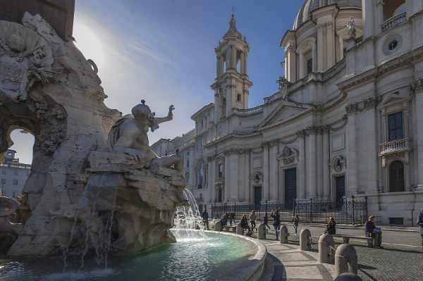 难忘的罗马夜间之旅最后将游览纳沃纳广场 — 这座广场以 Bernini 打造的三座喷泉而闻名,还有非常有趣的奇闻异事,我们的导游均会与您热情分享。这趟迷人的观光游让您可领略罗马最值得一游的景点,同时夜间欣赏奇幻永恒之城