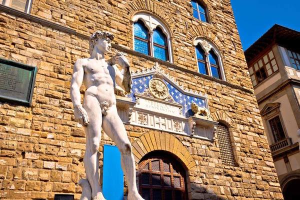 Explorez le centre historique de la ville de Florence d'une manière unique – à pied. Vous ne découvrirez pas seulement les plus grandes architectures et œuvres d'art de la Renaissance, mais vous découvrirez  d'un point de vue unique la ville pittoresque et animée en vous promenant dans les charmantes rues et les quartiers de Florence.