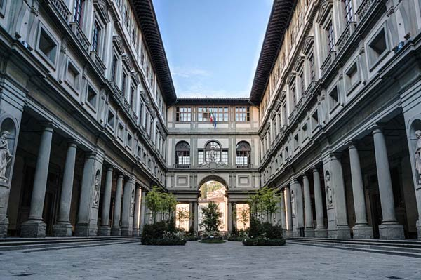 Visiterete uno dei musei italiani più importanti e il più visitato dopo i Musei Vaticani: la Galleria degli Uffizi che prende il nome dalla sua originaria destinazione d'uso, ovvero quella di uno spazio per uffici dei magistrati fiorentini, da cui il nome della Galleria.