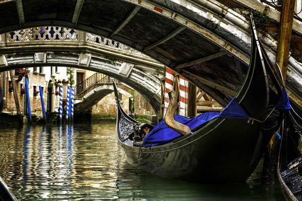 路过被认为是马可波罗的故居——著名的探险家、作家、国际旅行家、商人和威尼斯商人。